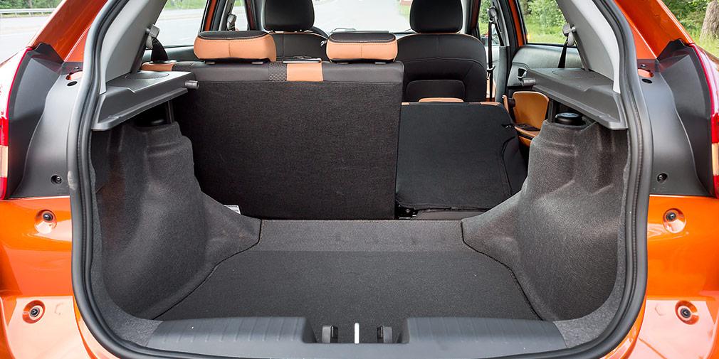 Багажный отсек вмещает минимум 420 литров. Погрузочная высота значительная, а трансформация не дает ровной площадки.