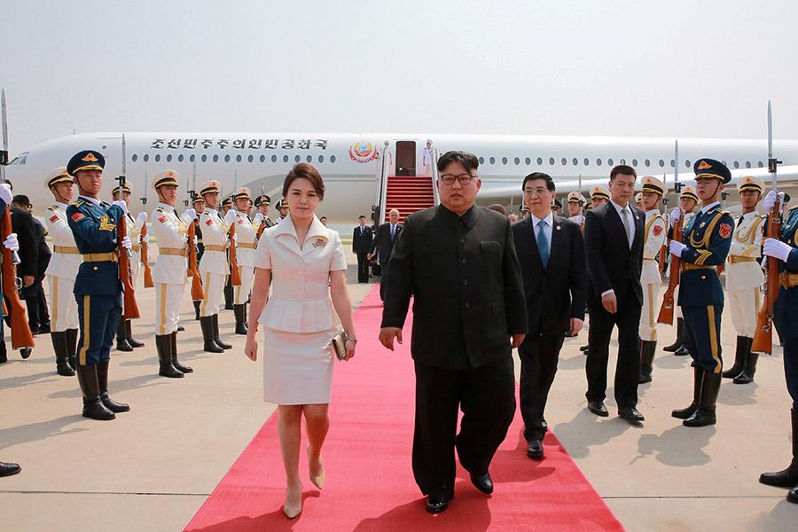 Северокорейский лидер Ким Чен Ын вместе со своей женой Ли Соль Чжу