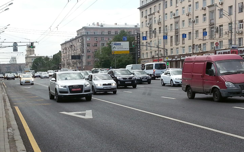 <p>У водителей, которые едут с нарушением ПДД нет преимущественного права движения.</p>