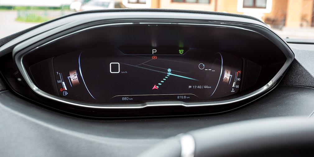 В одном из режимов карта навигации выводится во всю ширину приборной панели.
