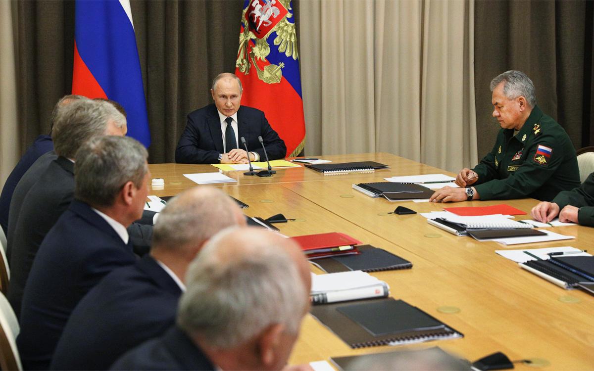 Владимир Путин и Сергей Шойгу на совещании с представителями Министерства обороны и оборонно-промышленного комплекса