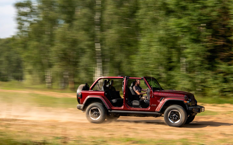 Вдобавок у Jeep Wrangler откидывается вперед лобовое стекло, но это затея для самых отчаянных: в салон и так летит немыслимое количество пыли, а то и крупные комья грязи
