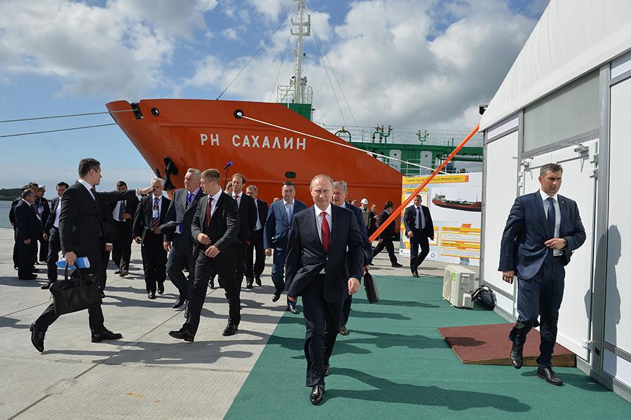 Владимир Путин (в центре) вовремя посещения судостроительного комплекса «Звезда» вгороде Большой Камень
