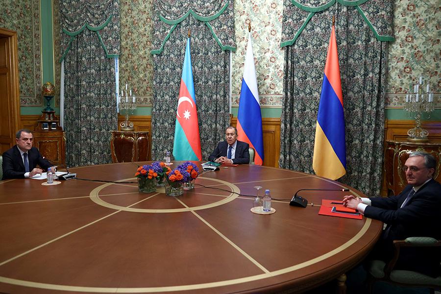 Министр иностранных дел Азербайджана Джейхун Байрамов, министр иностранных дел РФ Сергей Лавров и министр иностранных дел Армении Зограб Мнацаканян (слева направо)