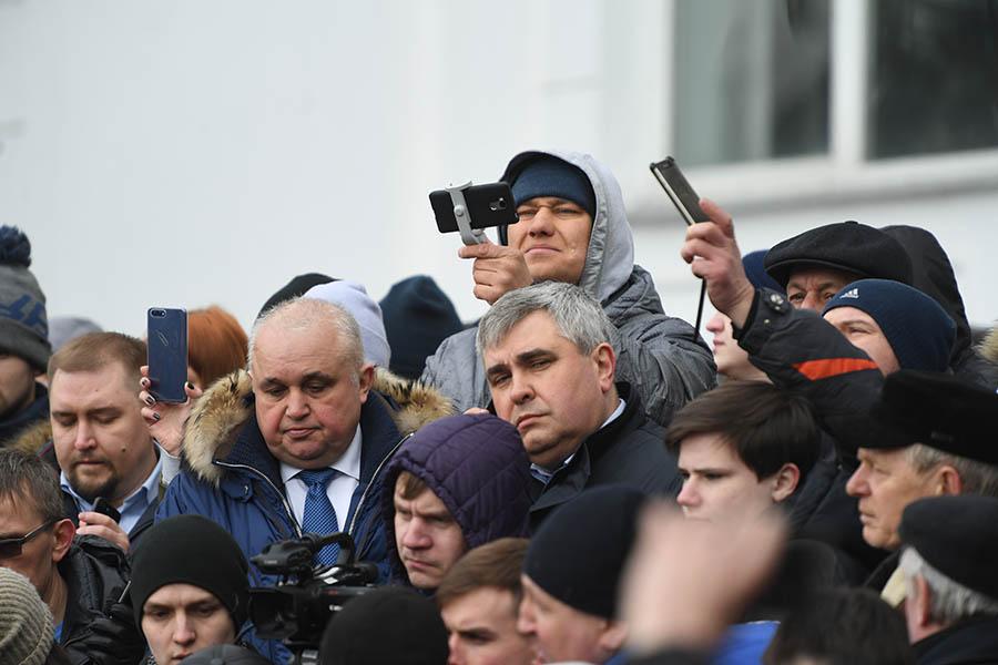Вице-губернатор Кемеровской области Сергей Цивилев и первый заместитель губернатора Владимир Чернов (в центре слева направо)