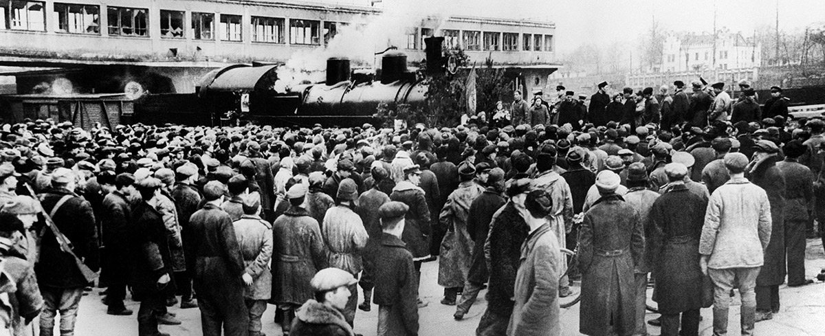 Киев. Прибытие первого поезда по восстановленной железной дороге. 1943 год