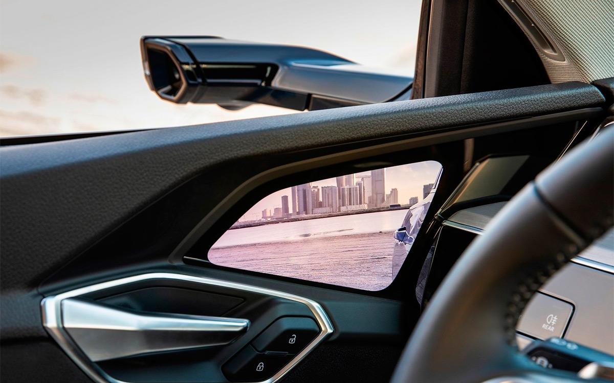 <p>На Audi e-tron вместо классических внешних зеркал установлены небольшие камеры.</p>