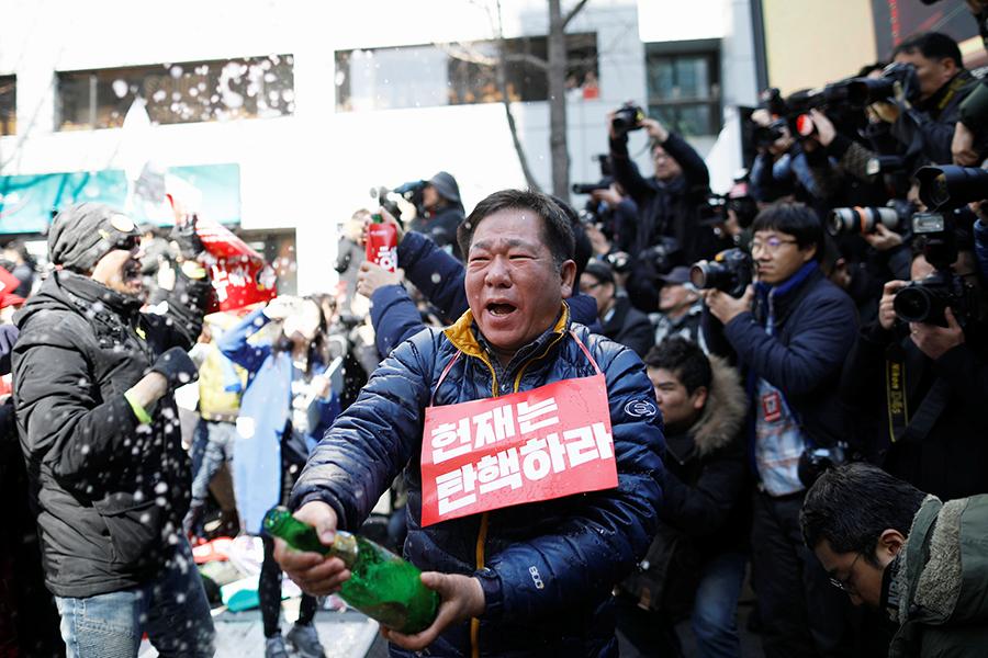 Противники президента приветствуют решение Конституционного суда.