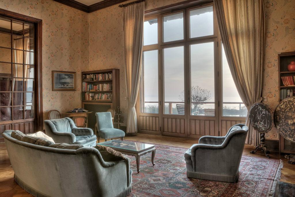 В то время как верхние этажи дома были обновлены, нижние сохранили оригинальную отделку и интерьер
