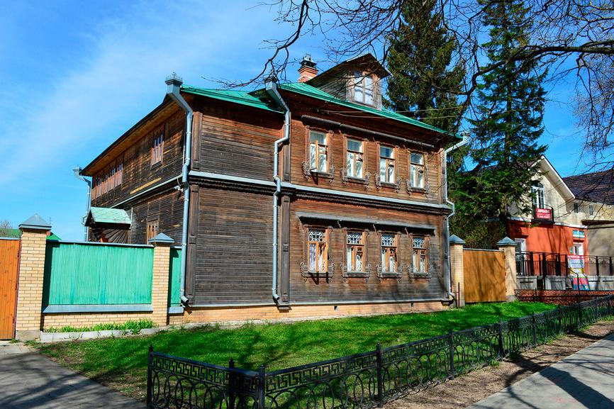Старый деревянный двухэтажный жилой дом в Сергиевом Посаде Московской области