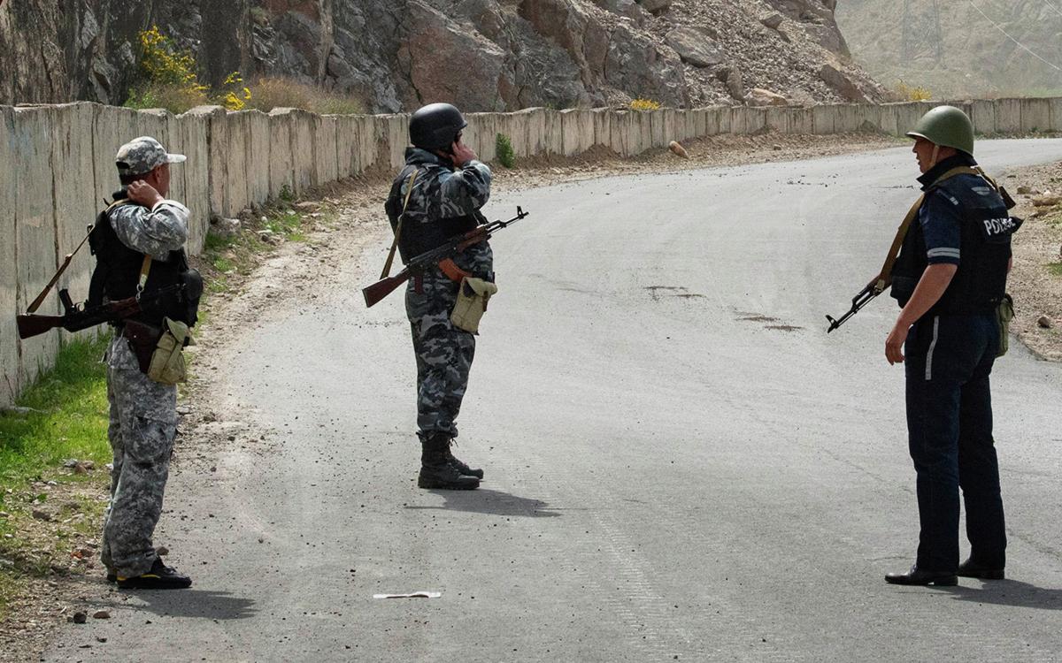 Военнослужащие и сотрудники полиции Киргизии