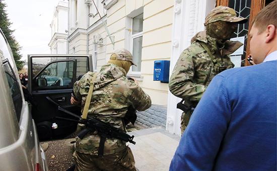 Сотрудники ФСБ РФ сзадержанными членами диверсионной группы Минобороны Украины у Ленинского районного суда,10 ноября 2016 года