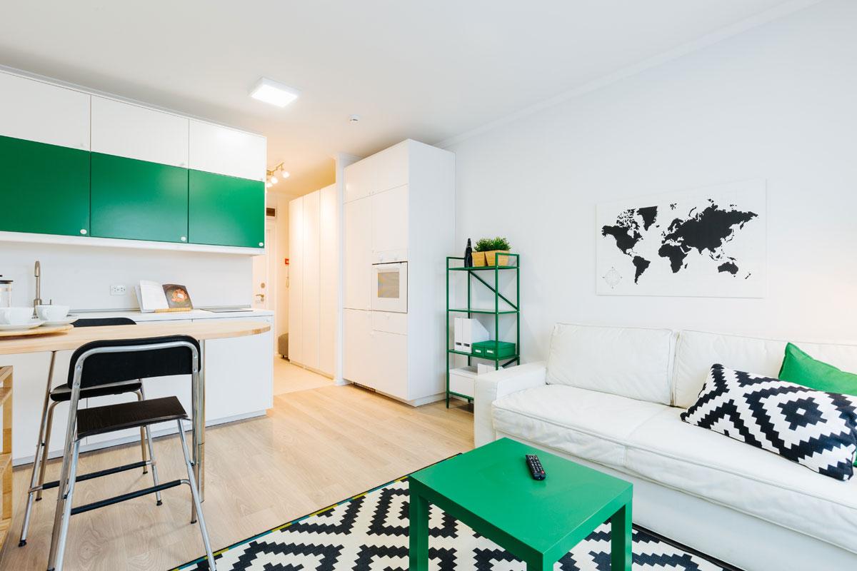 Дизайн квартиры-студии в «Бунинских лугах» выполненв нейтральных тонах, за основу взят скандинавский стиль. При отделке используются ламинат, настенная и напольная керамическая плитка, плинтуса и карнизы