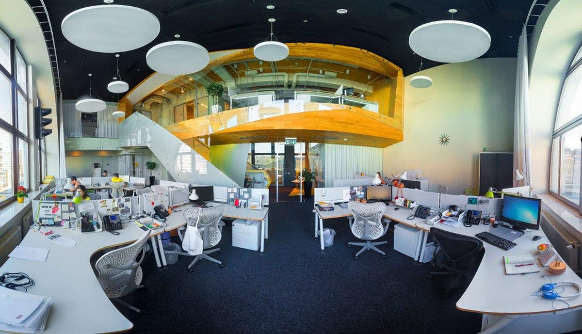 Офис занимал двухэтажное помещение в бизнес-центре «Леонардо» на улице Богдана Хмельницкого. В нем были оборудованы зона ресепшен, большой open space, кухня, переговорные и место для отдыха