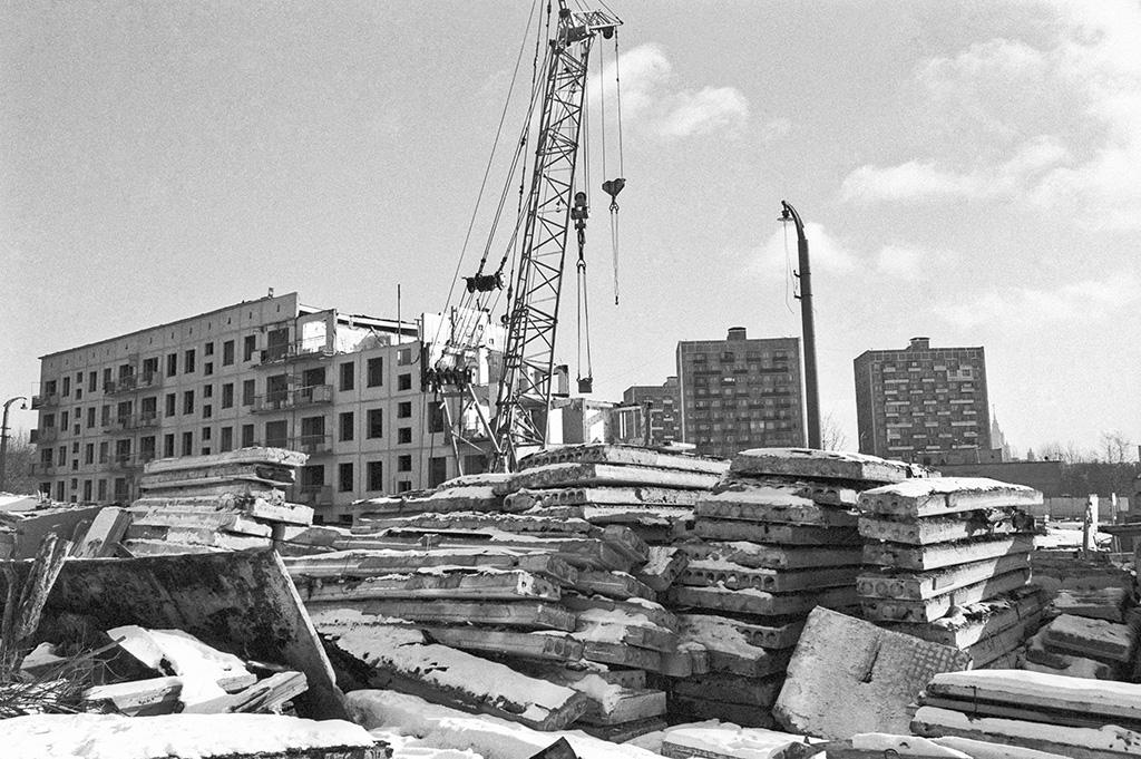 Программа правительства Москвы по сносу пятиэтажных домов серий К-7, II-32, II-35, 1605-АМ, 1МГ-300, построенных между 1959 и 1966 годами, была запущена в 1999 году. Она предусматривает демонтаж 1,7 тыс. пятиэтажек, а также переселение жильцов из оставшихся коммунальных квартир в отдельные в новостройках того же района. На 1 января 2016 года по программе сноса ветхого жилья было переселено около 160 тысяч семей. В 2016–2017 годах новые квартиры получат еще порядка 9 тыс. семей, говорится в материалах правительства Москвы  На фото: снос отслужившего срок жилья в микрорайоне Матвеевское, 1995 год