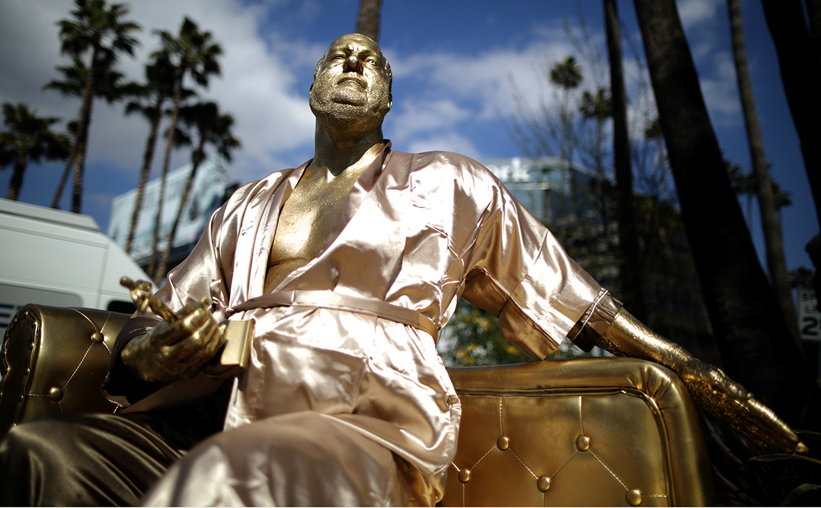 На диване ив халате: ВГолливуде установили статую Харви Вайнштейна рекомендации