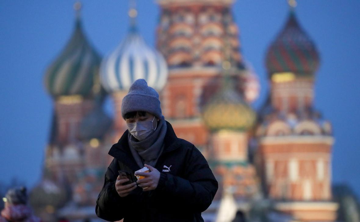 Россия. Москва. Турист в медицинской маске на Красной площади