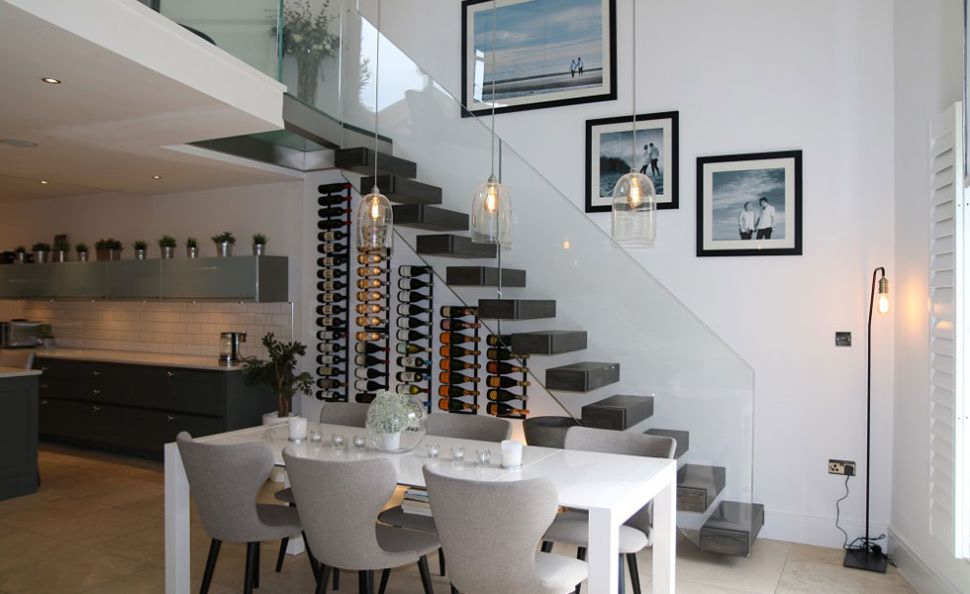 Парящая лестница со стеклянной балюстрадой