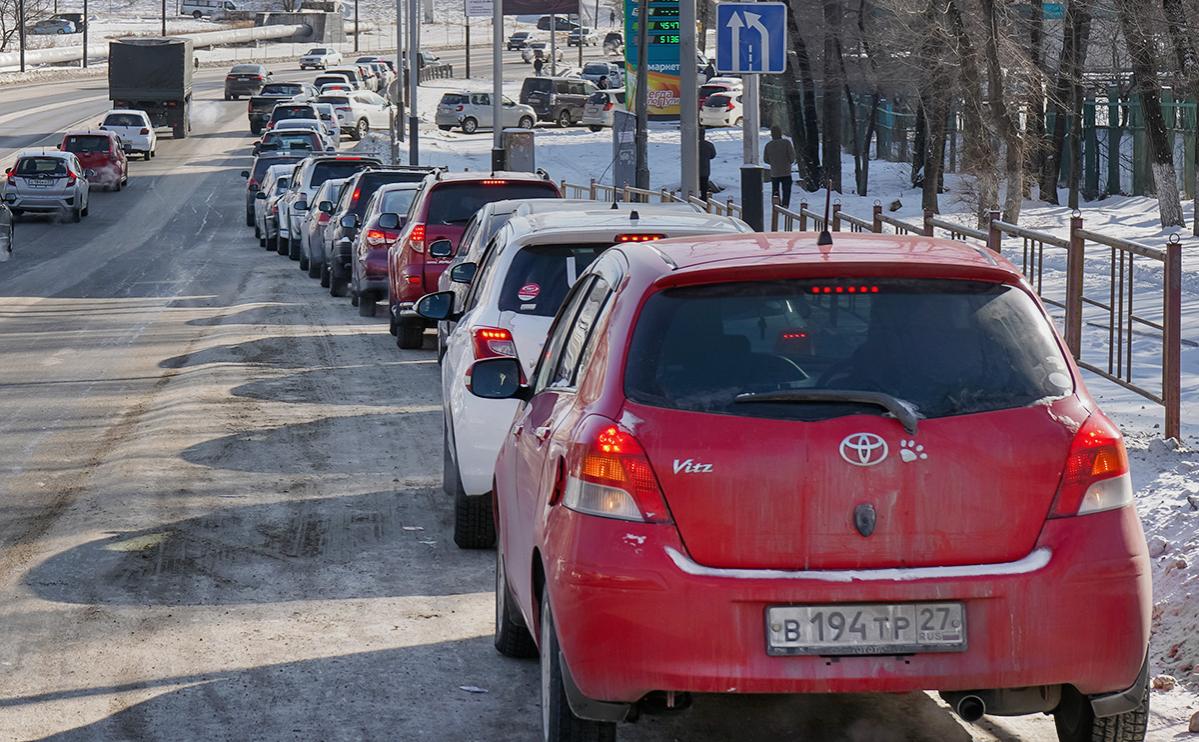 Автомобили в очереди на автозаправочную станцию