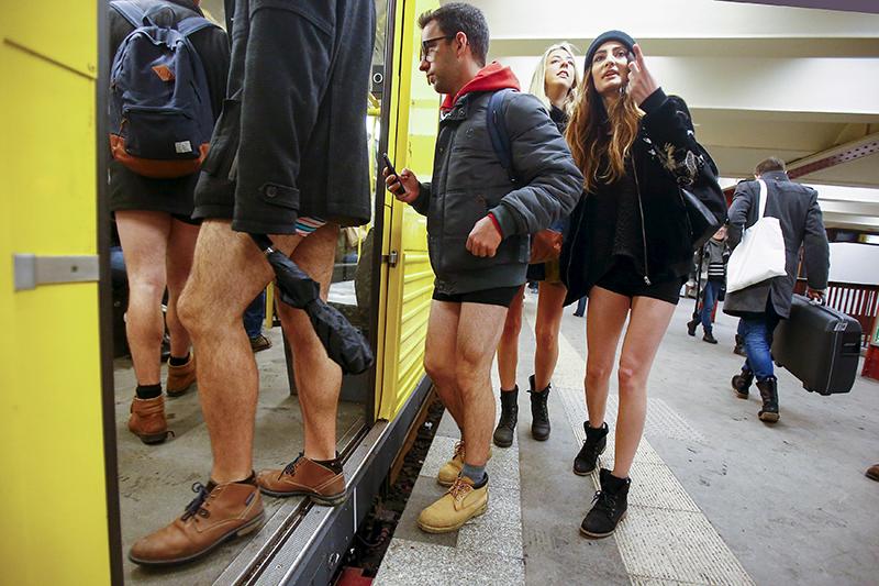 Участники международного флешмоба «В метро без штанов» (No Pants Subway Ride) в Берлине, Германия