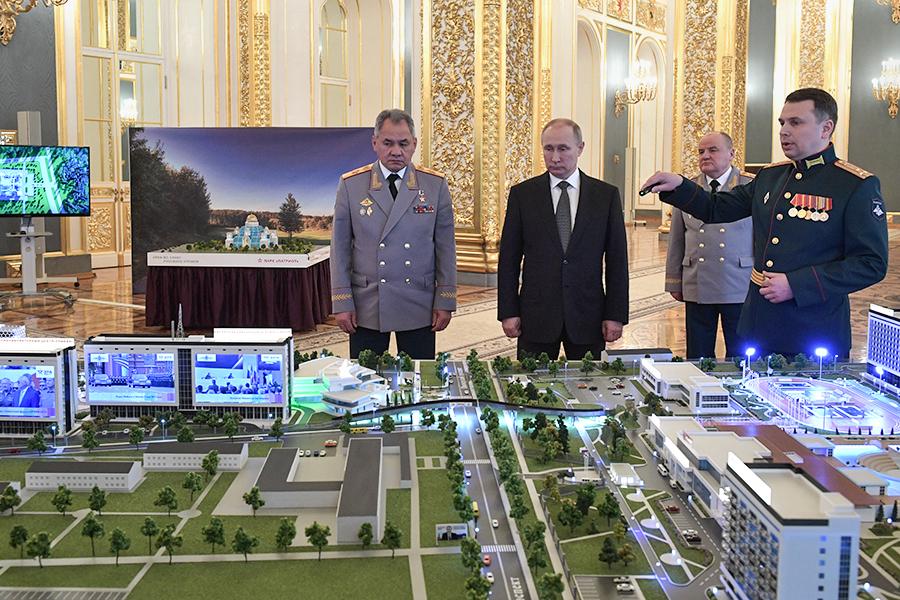 Президент России Владимир Путин и Сергей Шойгу на презентации военного инновационного технополиса «Эра»