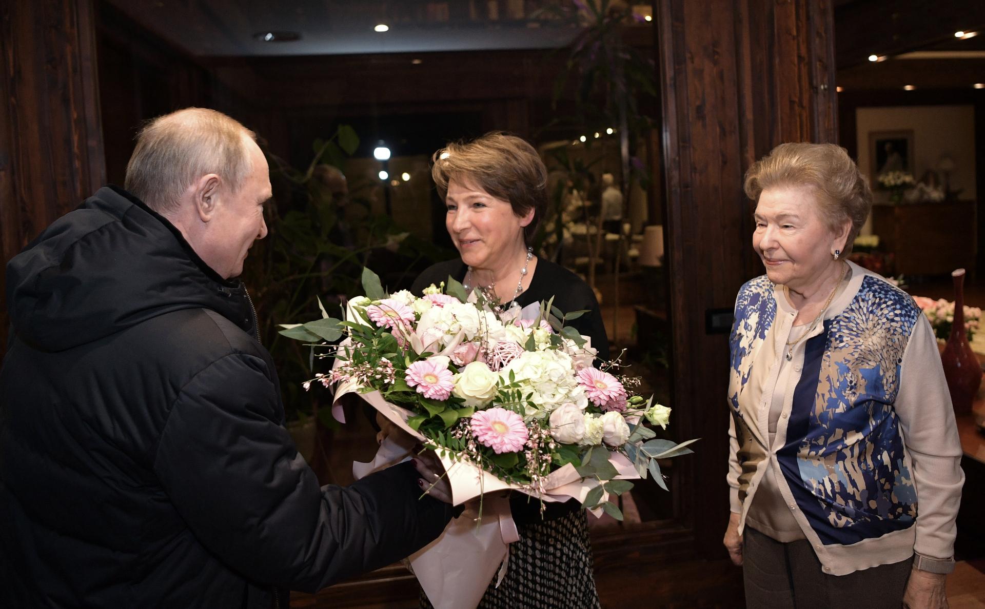 Владимир Путин, Татьяна Юмашева (в центре)и Наина Ельцина, вдова Бориса Ельцина (справа)