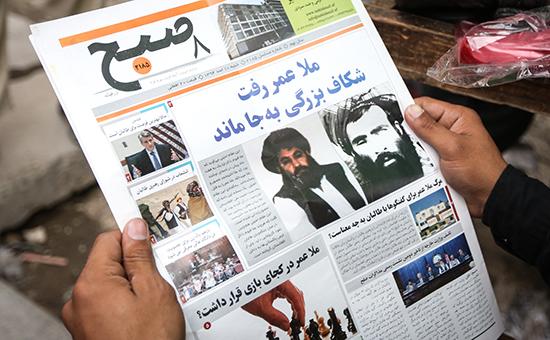 Мулла Ахтар Мансур (на фото в газете слева) стал преемником лидера движения «Талибан» после смертиМуллы Омара(на фото в газете справа) этим летом