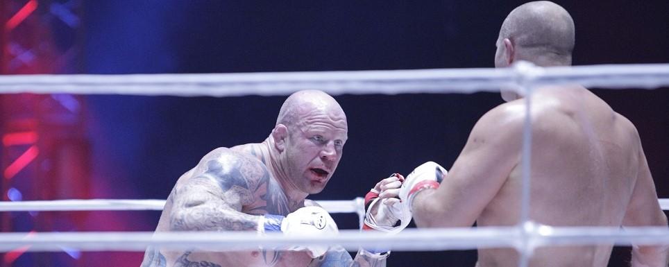 Американец Джефф Монсон и российский боец смешанных единоборств (ММА) Федор Емельяненко (слева направо) во время боя в рамках турнира M-1 Global «Битва легенд» в ноябре 2011 года