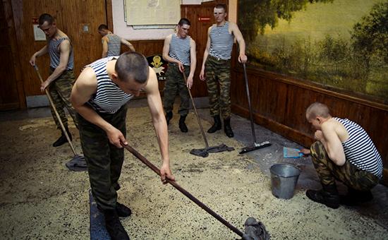 Передача организации быта армии на аутсорсинг понадобилась из-за перехода на годичный срок службы. Это позволило освободить от бытовой работы больше 65 тыс. военнослужащих.