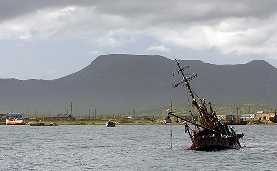 Затонувший корабль в бухте Южно-Курильская на острове Кунашир Курильской гряды. Архивное фото