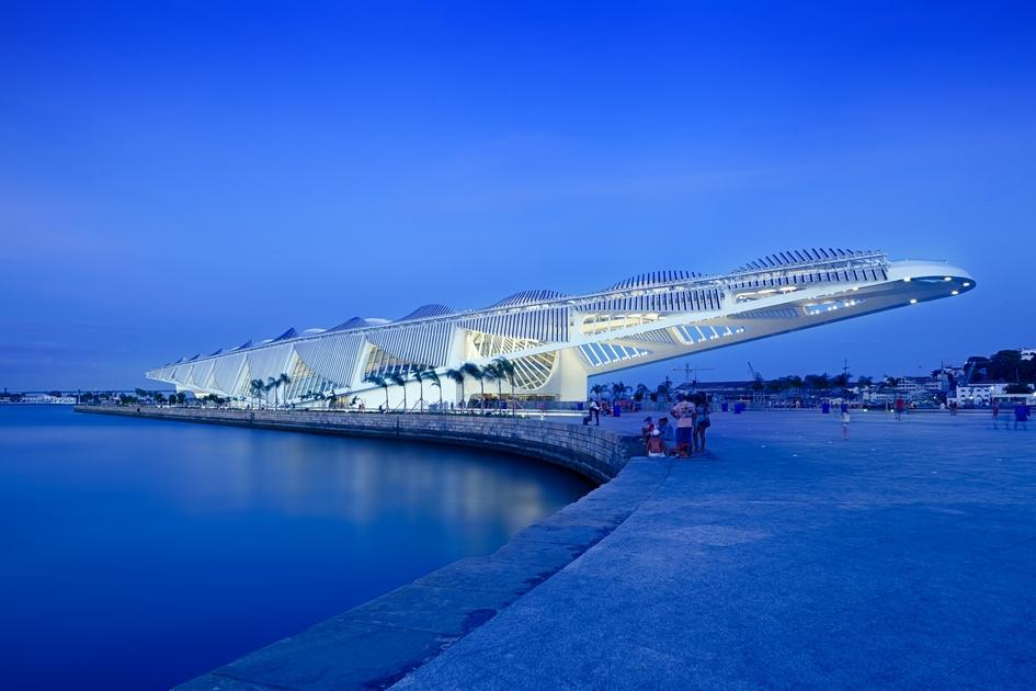 Музей получает электроэнергию от солнечных панелей, за охлаждение отвечает вода из залива. Помимо привычных зон для выставок, в Museu do Amañha имеется лекторий, место для проведения исследований, ресторан и даже служба доставки