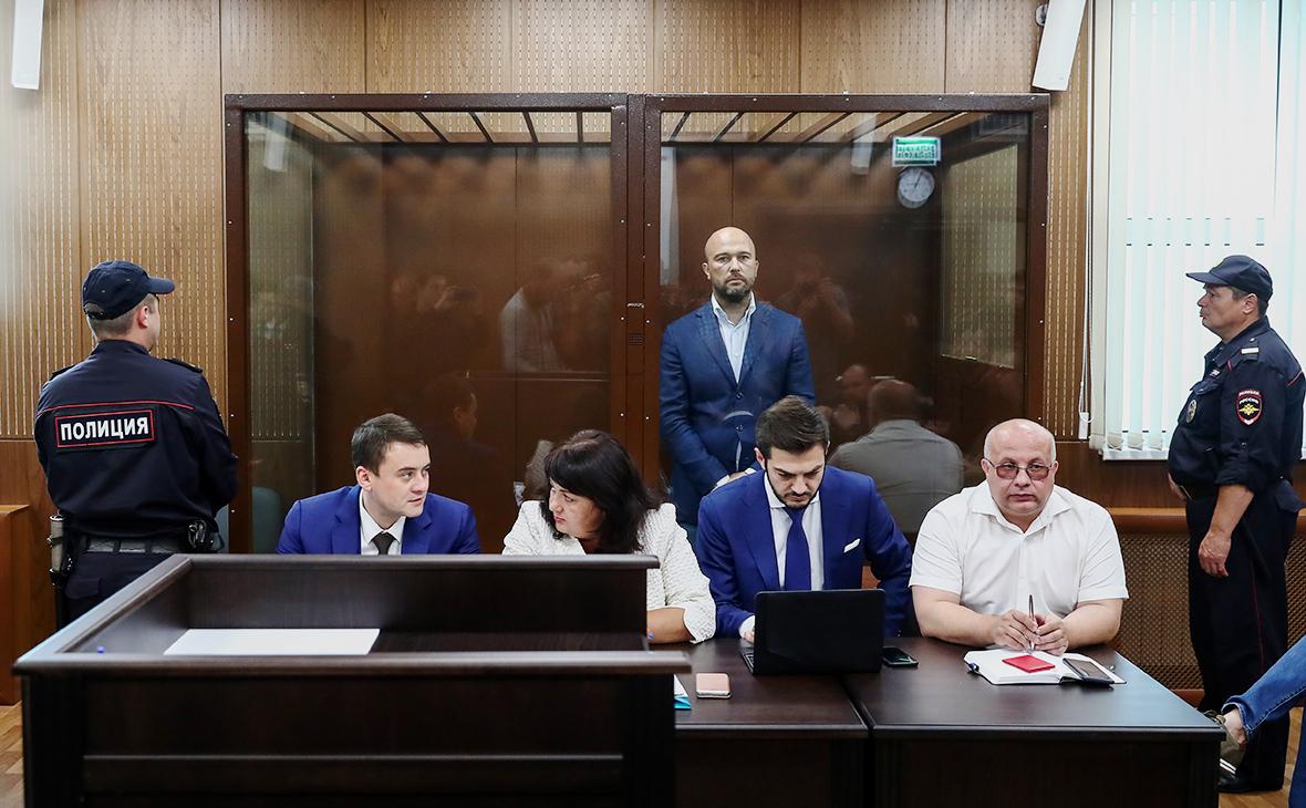 Дмитрий Мазуров (на втором плане)