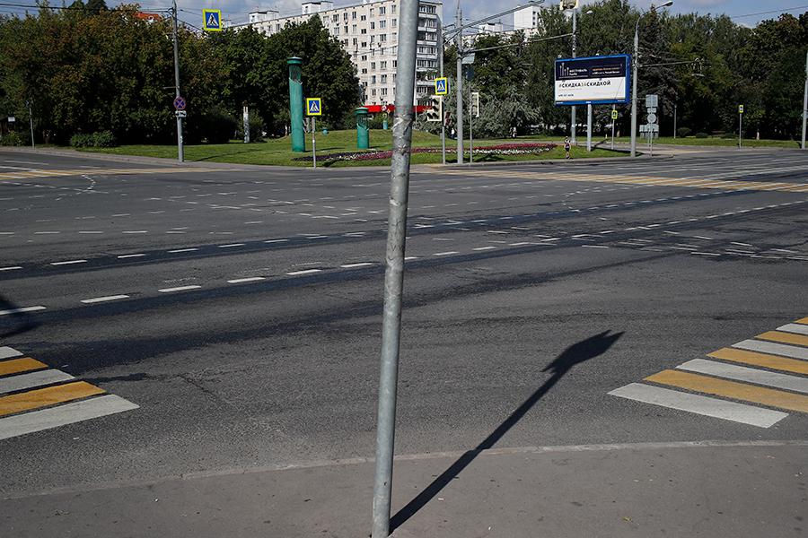 Перекресток между бульваром Яна Райниса иулицей Туристской. Июль 2019 года, перед плановым ремонтом. В плане указан участок от улицы Саломеи Нерис до Сходненской, однако в департаменте капитального ремонта Москвы РБК сообщили, что ремонт асфальта пройдет только от улицы Туристской до Сходненской
