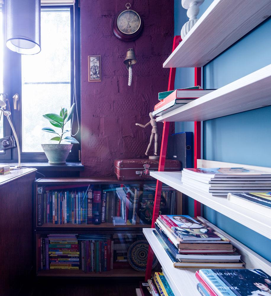 Хозяйка квартиры— заслуженный учитель России, поэтому большую часть спальни занимают полки с книгами и рабочими тетрадями