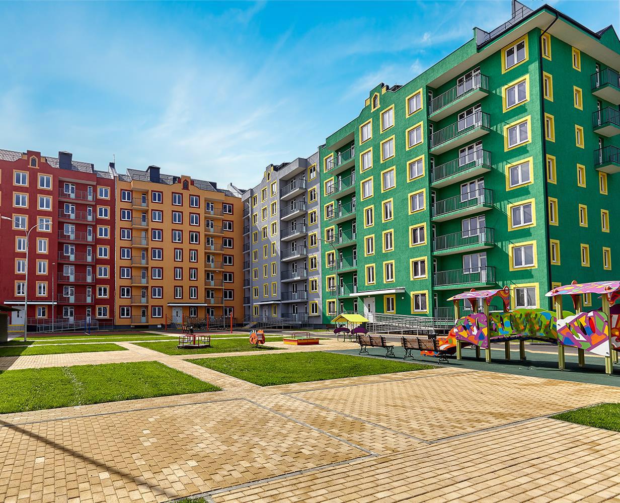 «Европа-Сити» — еще один проект ГК «Европея» в Краснодаре — состоит из разновысотных домов: в центре расположены девятиэтажные, а по периметру — семиэтажные дома. Между домами большие расстояния, что избавляет от эффекта «окно в окно». Фасады имеют нестандартное цветовое решение. У каждого дома — приватные зеленые «дворы без машин»