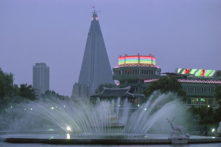 Вид на 105-этажную гостиницу «Рюгён» в Пхеньяне. Фото 1989 года