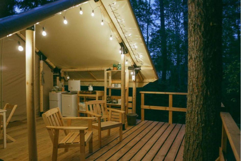 Люкс-шатры чаще всего расположены в лесу или у водоемов