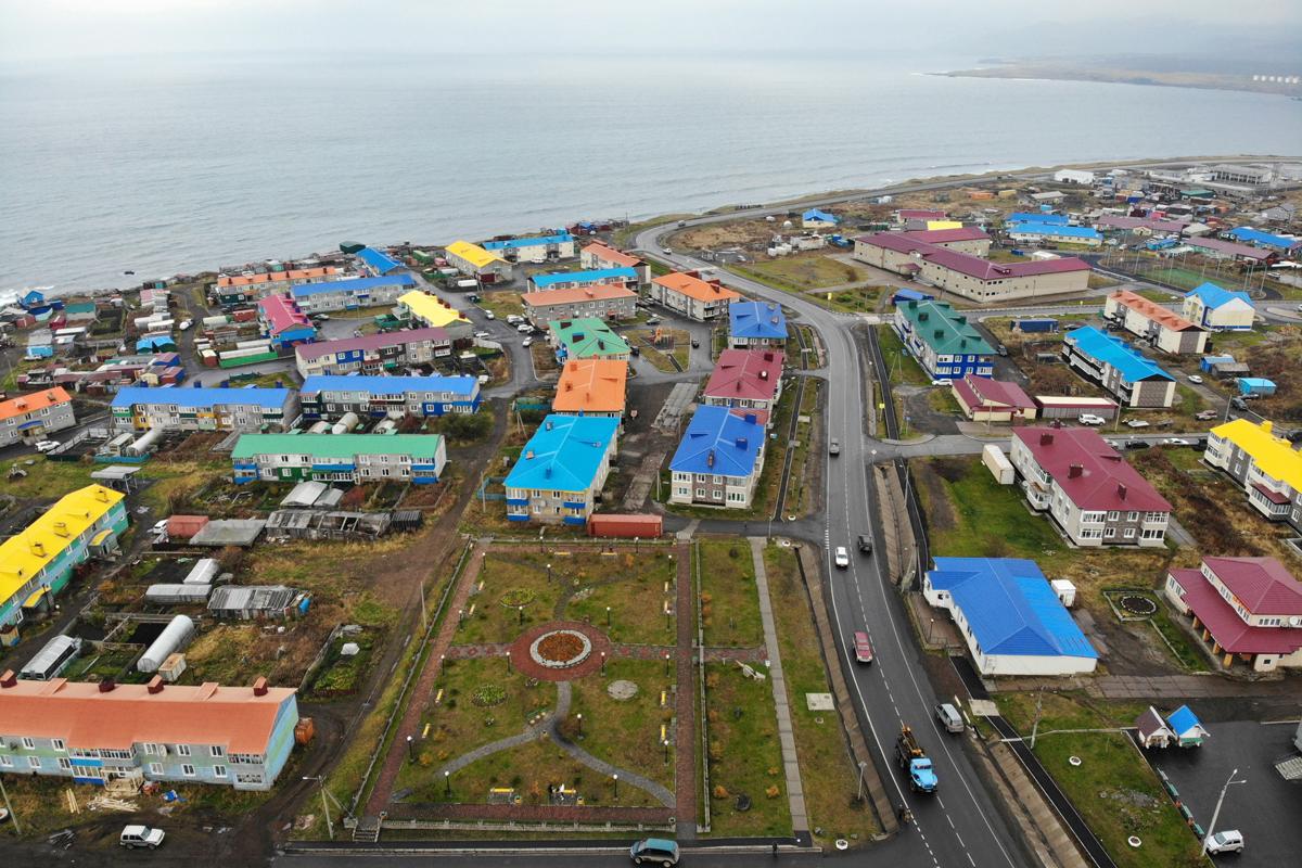 Вид на город Курильск на острове Итуруп
