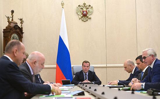 Премьер-министр РФ Дмитрий Медведев (в центре) в Доме правительства РФ проводит совещание по вопросам фискальной нагрузки на бизнес.