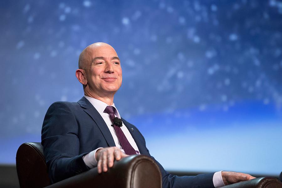 29 апреля 2016 года глава и основатель Amazon Джефф Безос разбогател на $6 млрд за четыре часа после публикации успешной отчетности компании, капитализация которой вырослапочти на 13%, или на $38,2 млрд. Это позволило ему вернуться на четвертую строчку в рейтинге богатейших людей мира по версии Bloomberg.  В январе 2017 года Forbes сообщил, что основатель Amazon разбогател за первую неделю 2017 года на $3,8 млрд благодаря росту цен акций Amazonдо $795,99,или на 4%. Рост котировок связывают с успешным запуском нового продукта компании — смарт-динамика Echo, который реагирует на имя виртуального помощника Alexa и управляется с помощью голоса.