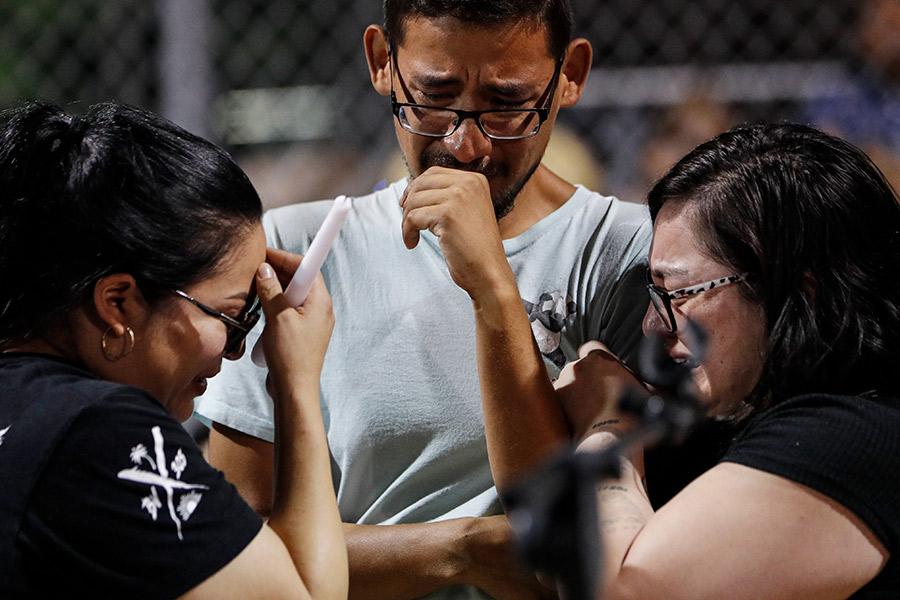 Сотрудники супермаркета, где произошла стрельба, на акции памяти жертв. Эль-Пасо, Техас