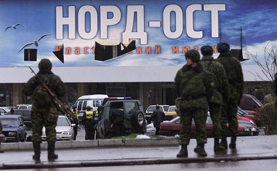 Сотрудники милиции у зрительного зала Дворца культуры (ДК) завода «Московский подшипник», вкотором 23 октября 2002 года произошел захват террористами заложников
