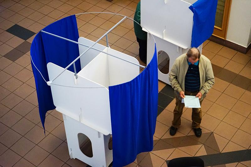 Во время голосования наодном изизбирательных участков вМоскве вединый день голосования. 18 сентября 2016 года