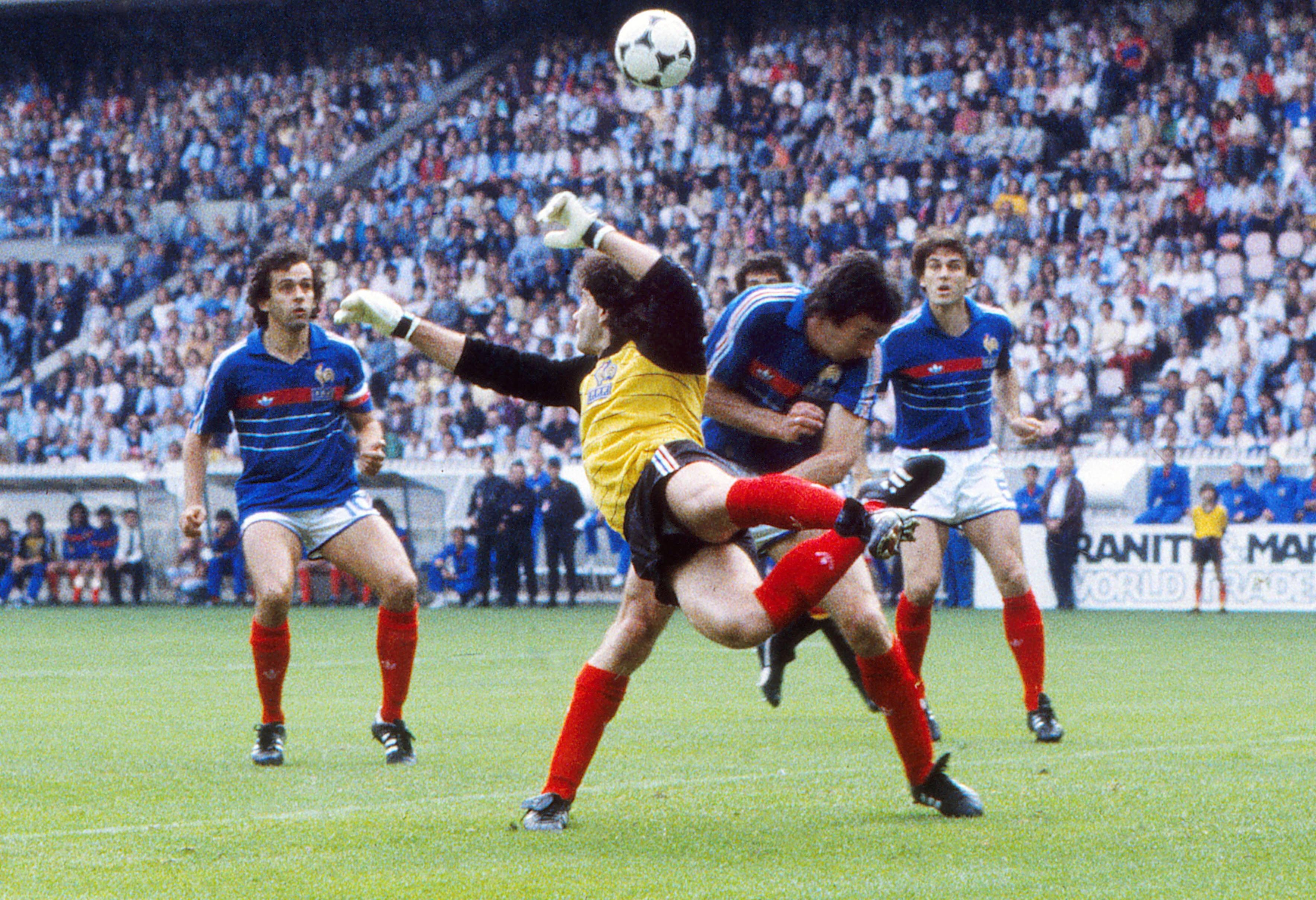 Футболисты сборной Франции Мишель Платини, Жоэль Батс, Максим Боссис и Патрик Баттистон (слева) направо в финале Евро-1984 против Испании (2:0)