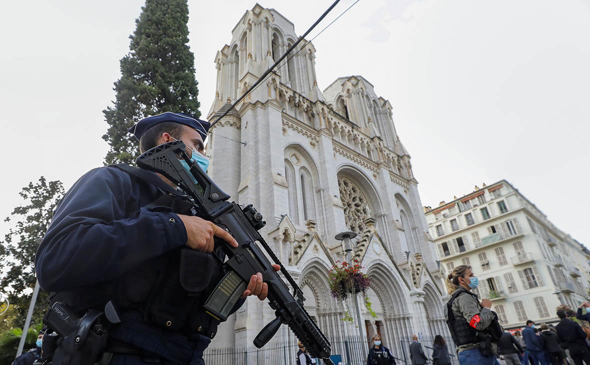 Полицейские возле базилики Нотр-Дам-де-Нис