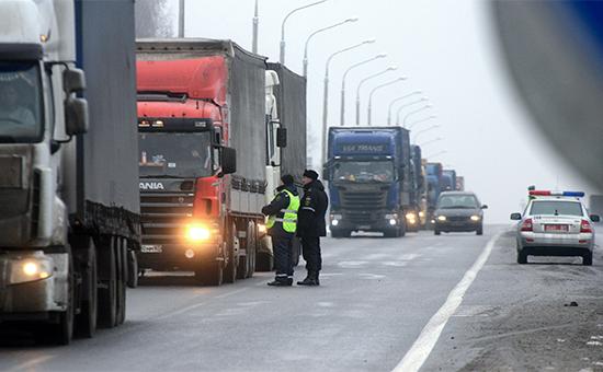 Сотрудники ДПС Белоруссии проверяют грузовые автомобилина белорусско-российской границе