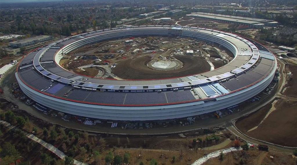 Главное здание в форме кольца имеет 461м в диаметре и длину периметра около 1,5 км. Его площадь составляет 260 тыс. кв. м и рассчитана на работу более чем 12 тыс. сотрудников