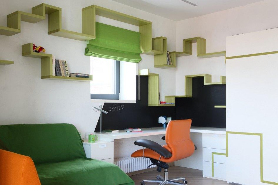 Черная грифельная доска служит логичным продолжением угловатого дизайна, абелая мебель—нейтральным фоном