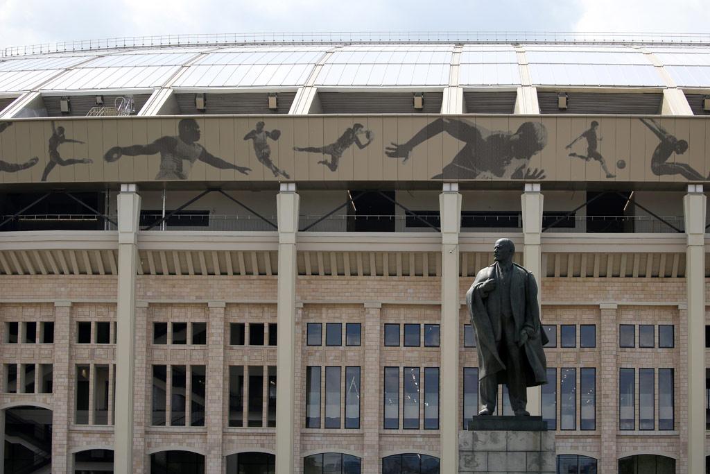 На фасаде светло-песочного цвета появились полупрозрачные панно изперфорированного металла, накоторых изображены состязания вразличных видах спорта