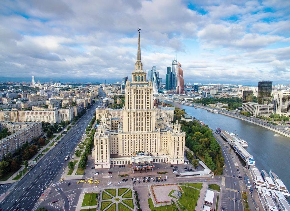 Вид на гостиницу «Рэдиссон Ройал» (бывшая гостиница «Украина») и Московский международный деловой центр «Москва-Сити»